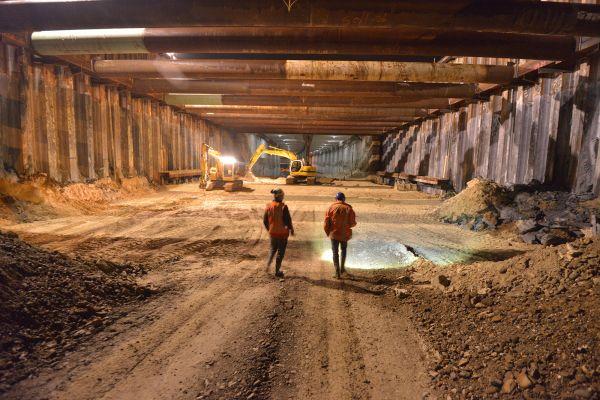 MOET ERIN - Henk Vestjens en Eduard van Herk controleren in de vroege ochtenduren de bouwkuip - Bjorn Vink.jpg