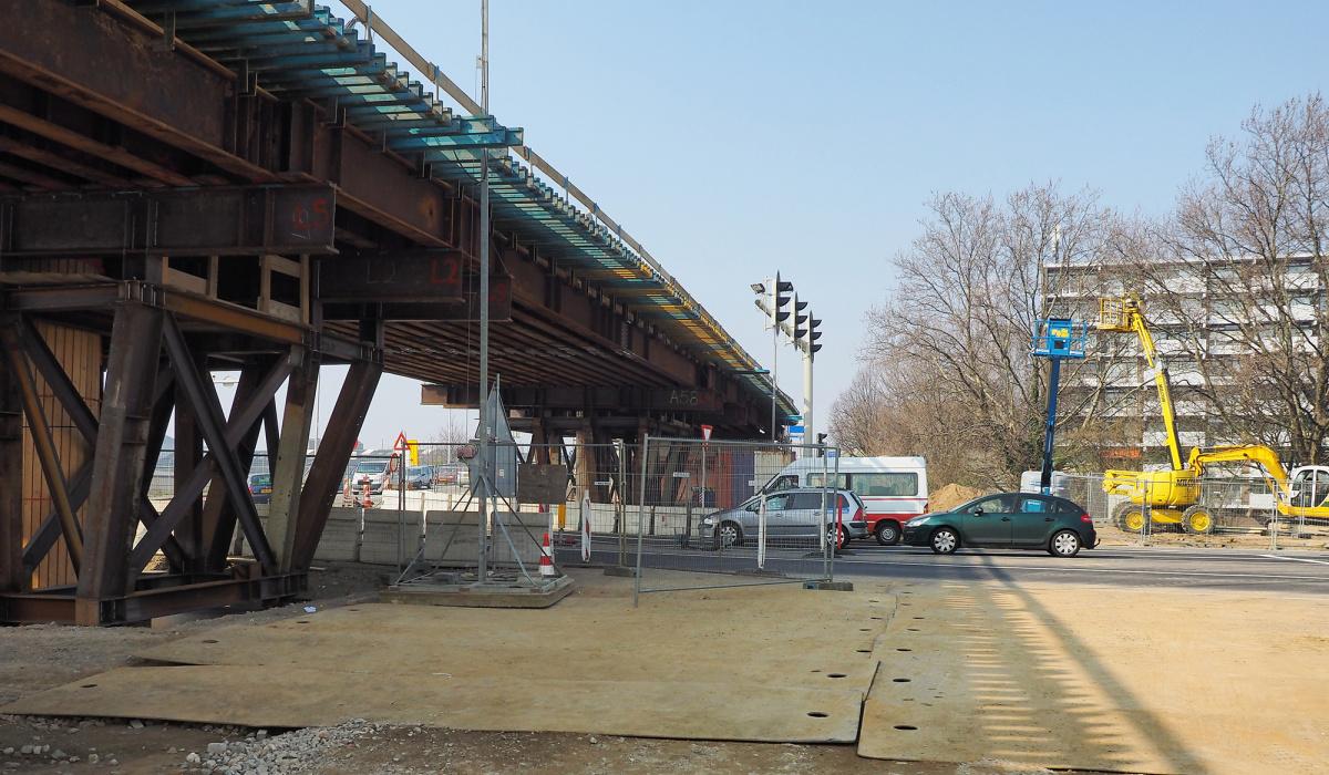 Door de viaducten verhoogd te bouwen op een stalen ondersteuning, kon verkeer eronder blijven doorrijden. © Reen van Beek
