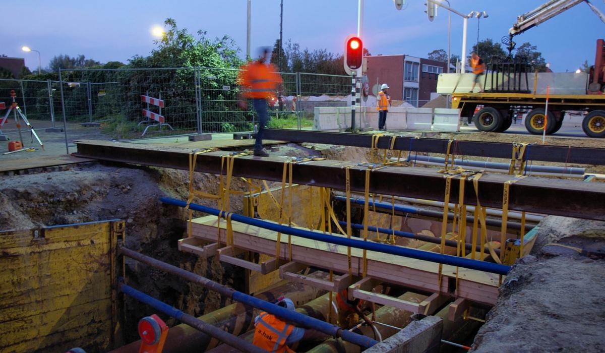 Verleggen van kabels en leidingen bij de Voltastraat. © Reen van Beek