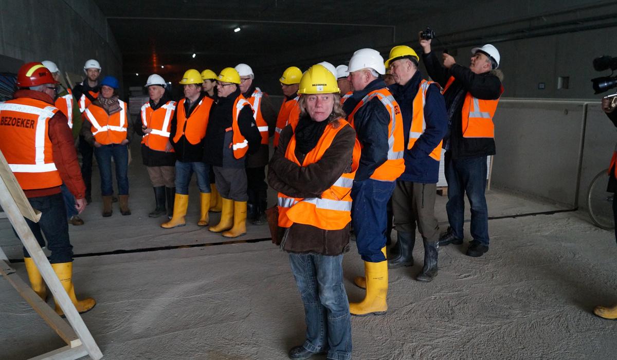 Ook bezoekers  van de bouwkuip moesten helm, hesje en schoenen met stalen neuzen dragen. © Huub Giesbertz
