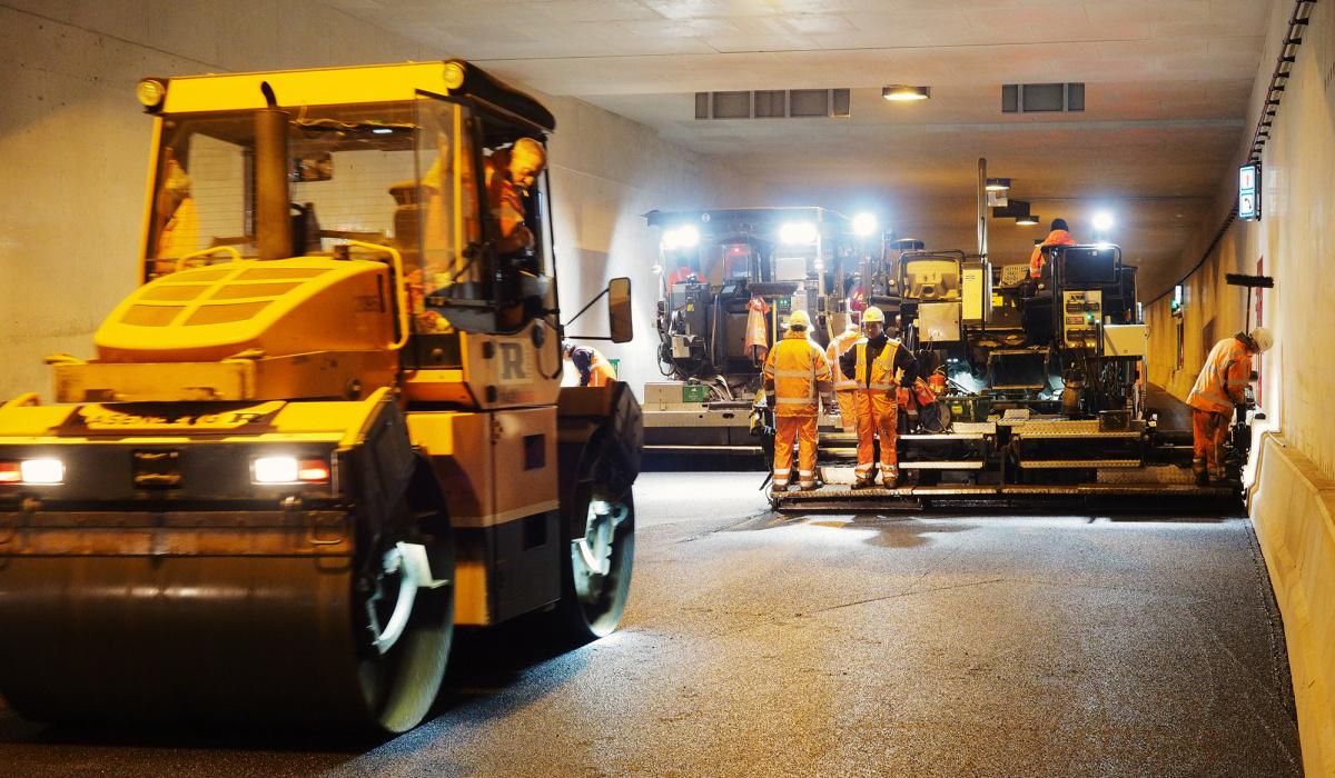 Team GWW brengt asfalt aan in de tunnelbuizen. © Bert Janssen