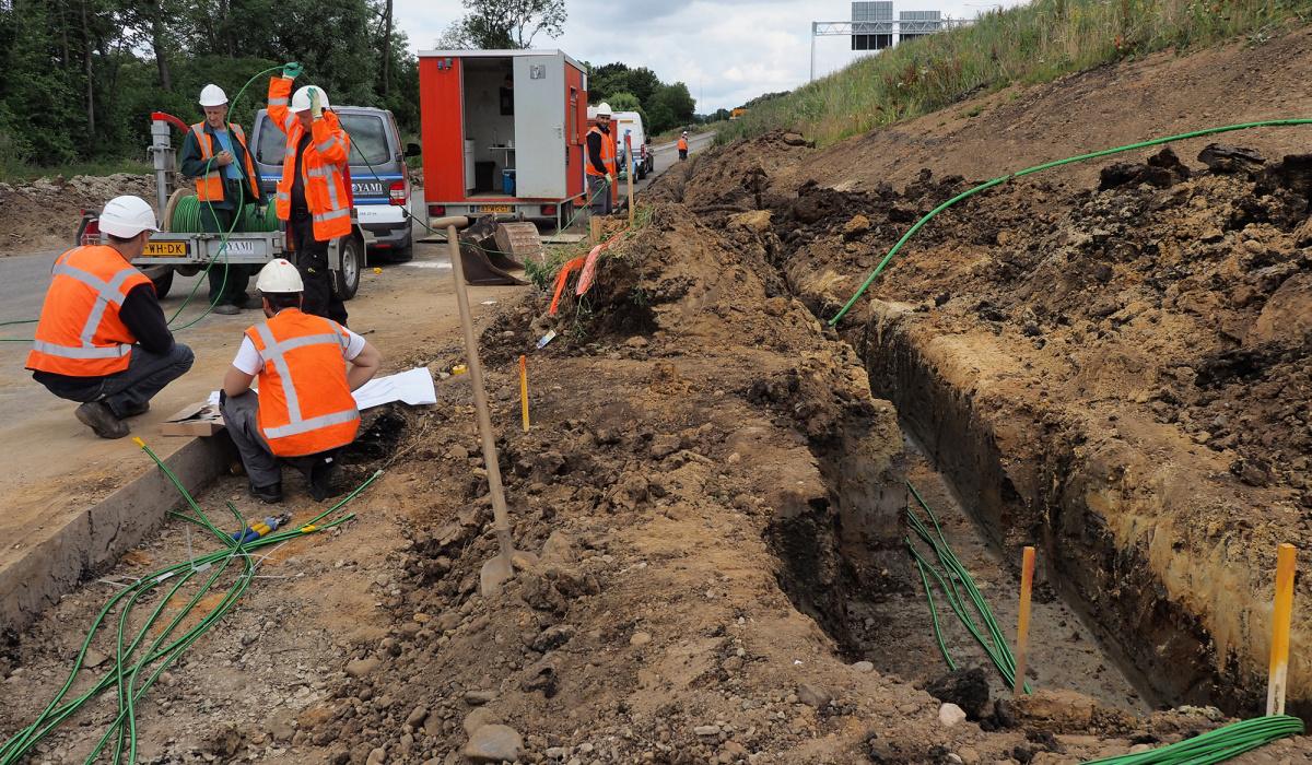Aanleggen van kabels voor de ombouw van Kruisdonk. © Reen van Beek