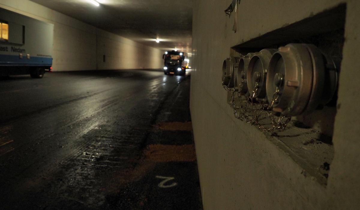 Aansluitpunt voor brandslangen in de tunnel. © Reen van Beek