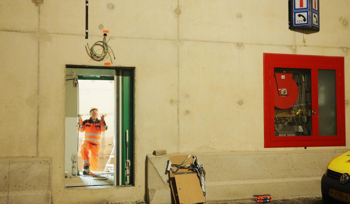 Aanbrengen van vluchtdeuren en hulppostkasten. © Reen van Beek