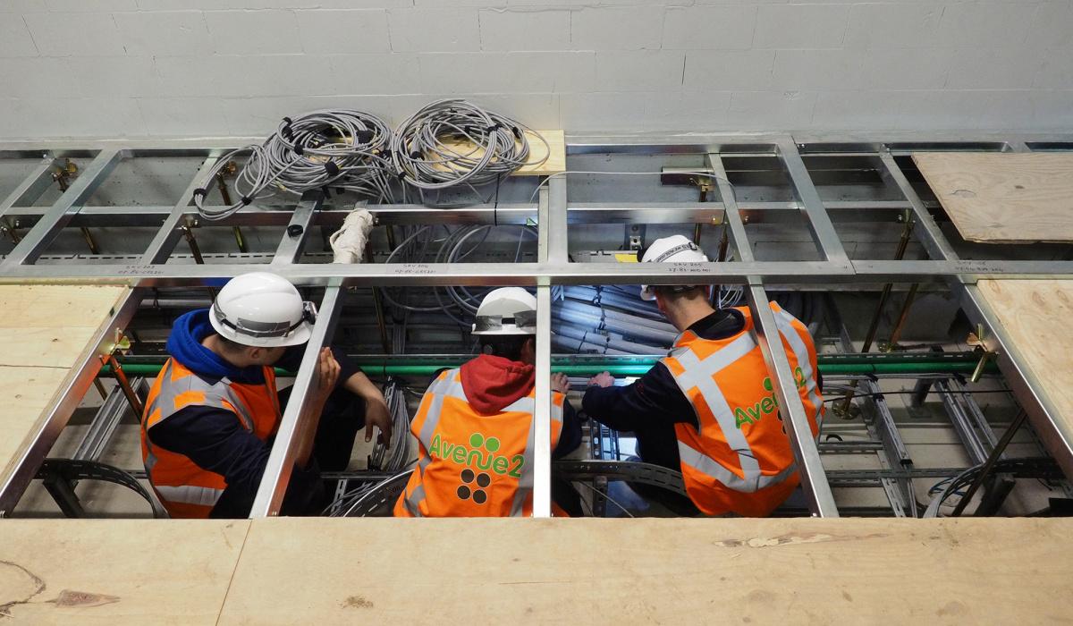 Aanleggen van kabels onder de vloeren in het dienstengebouw. © Reen van Beek