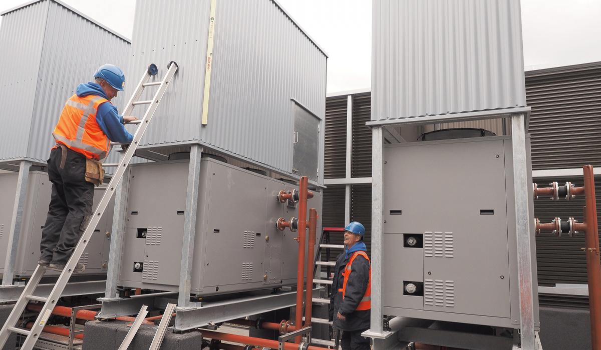 Koelmachines houden de technische ruimtes in het dienstengebouw op temperatuur. © Reen van Beek