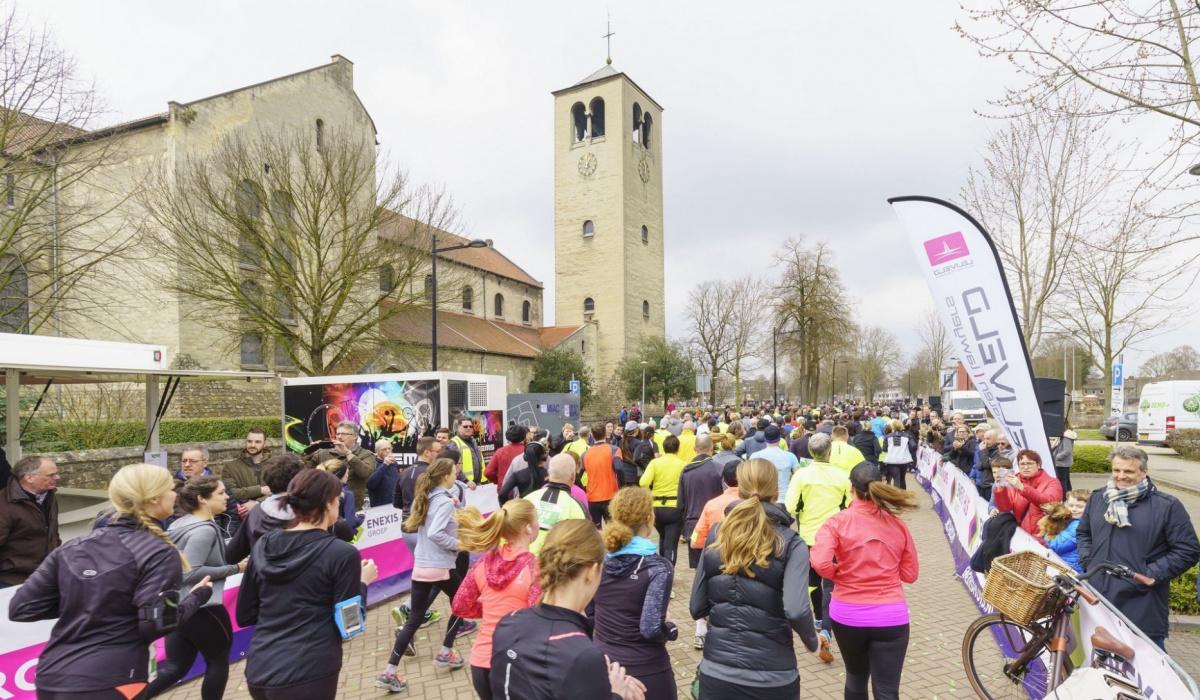 Deelnemers op de Groene Loper, bij de Lourdeskerk. © Fred Berghmans