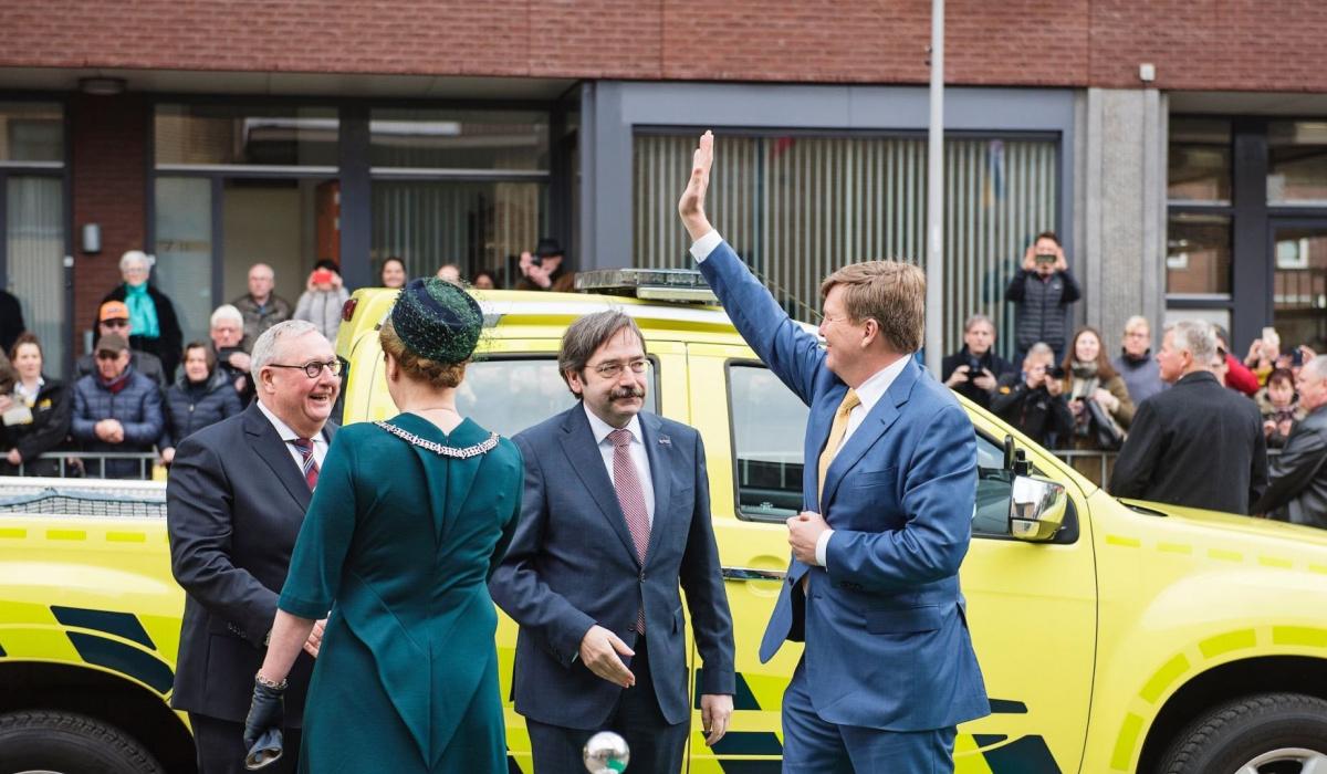 Koning Willem-Alexander wordt gastvrij ontvangen in Trefcentrum Wittevrouwenveld. © Jonathan Vos