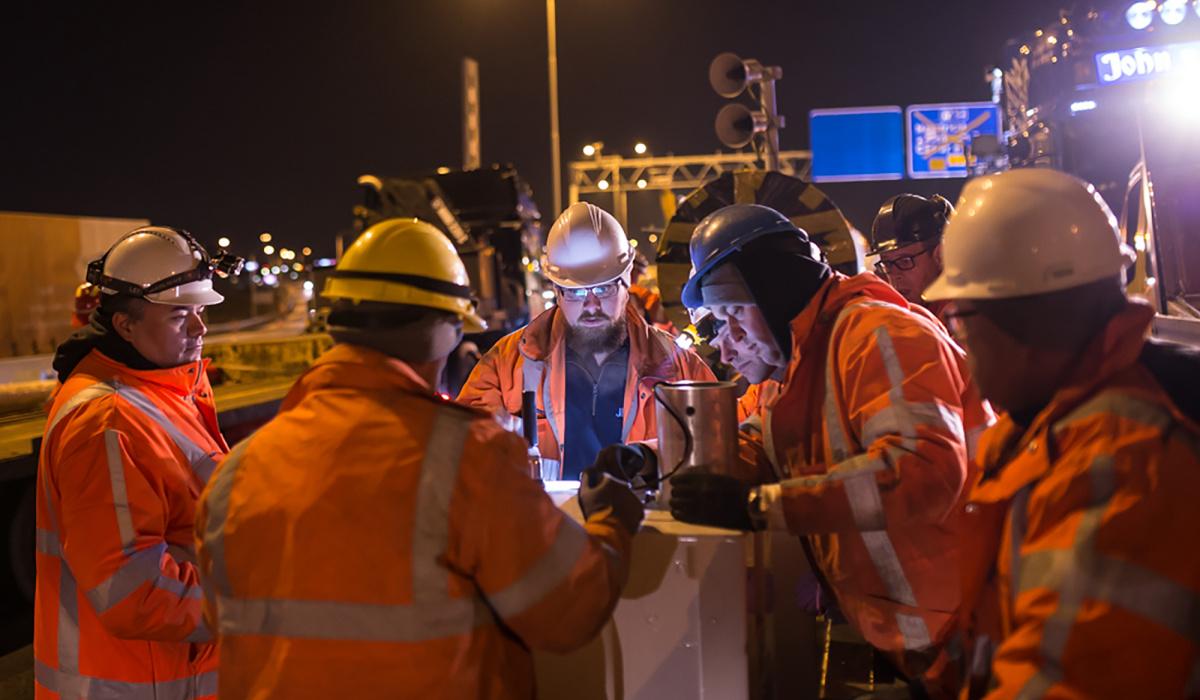 Medewerkers van team GWW en team VTI spreken de laatste zaken door. © Aron Nijs