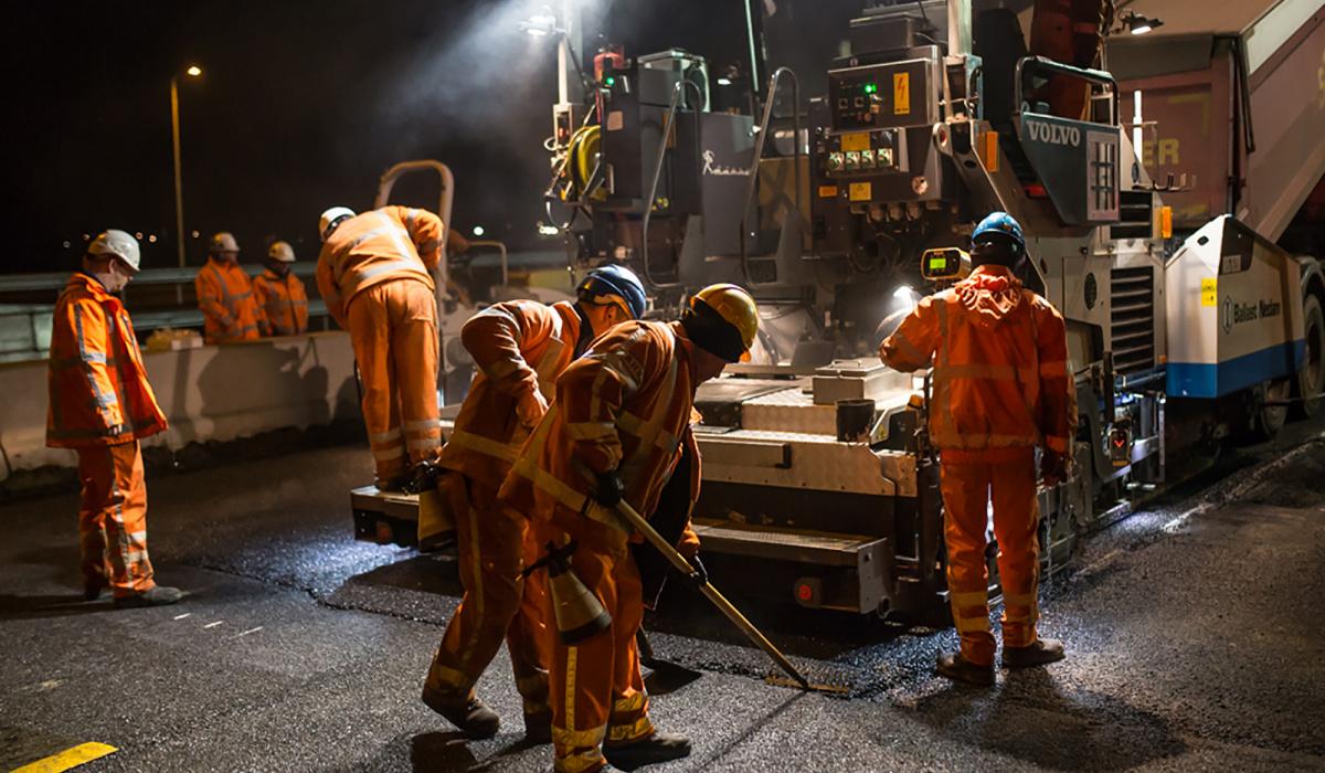 De asfaltploeg van team GWW aan het werk. © Aron Nijs
