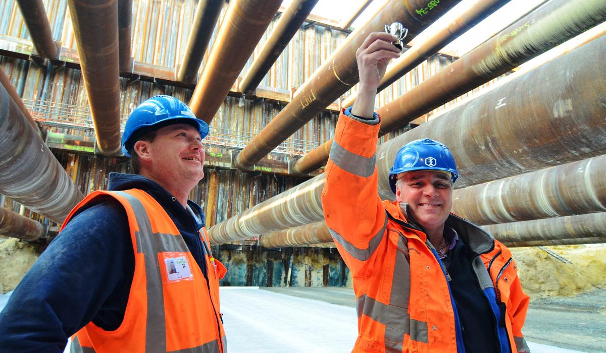 Projectleider Henk Vestjens kreeg een cup voor het bereiken van het diepste punt.