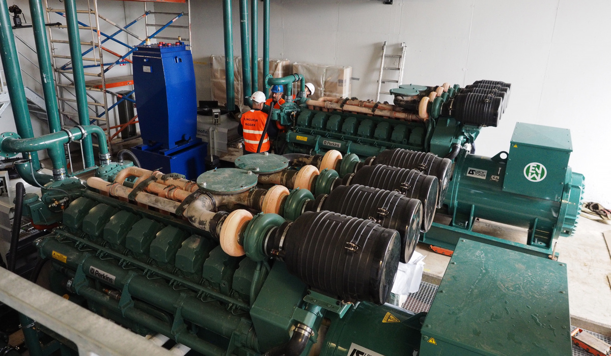 Noodstroomaggregaten in het dienstengebouw vormen een back-up energiebron voor de tunnelinstallaties. © Reen van Beek