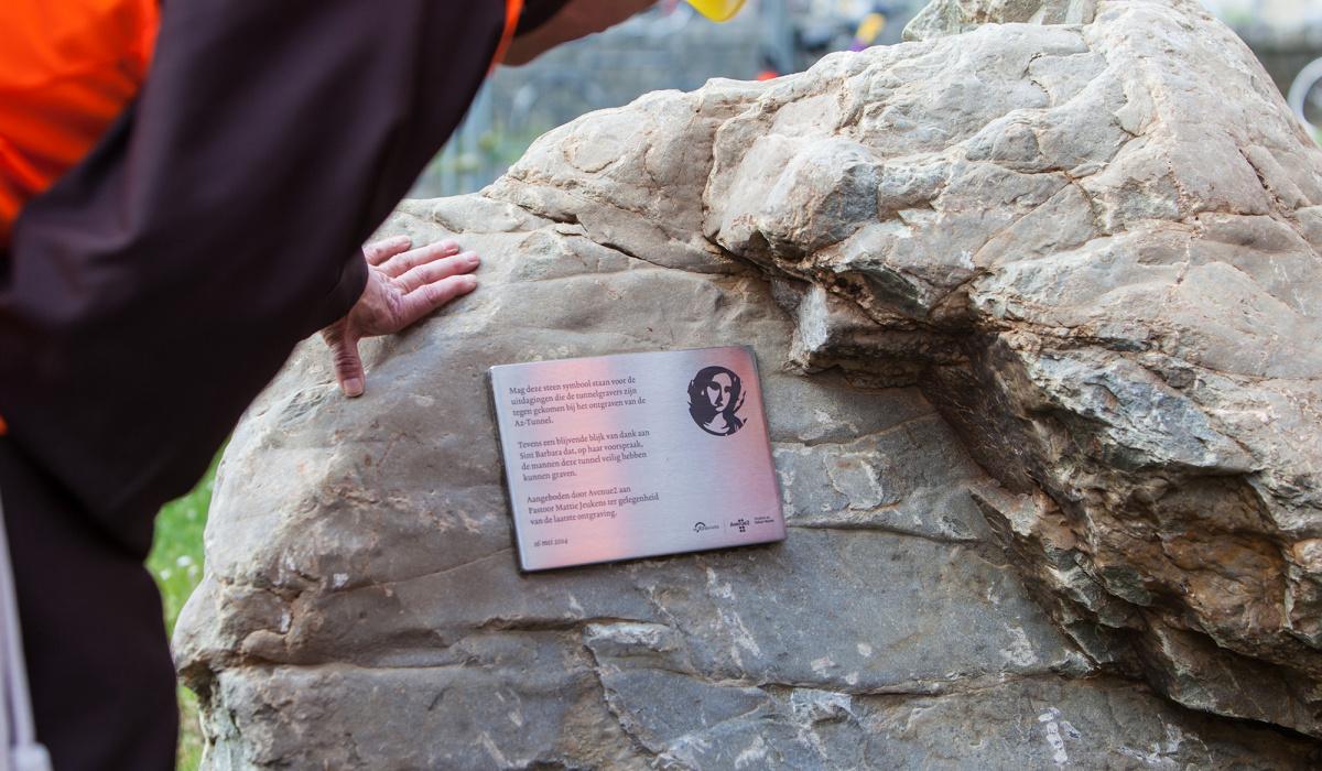 Plaquette op de zwerfkei voor de Lourdeskerk.