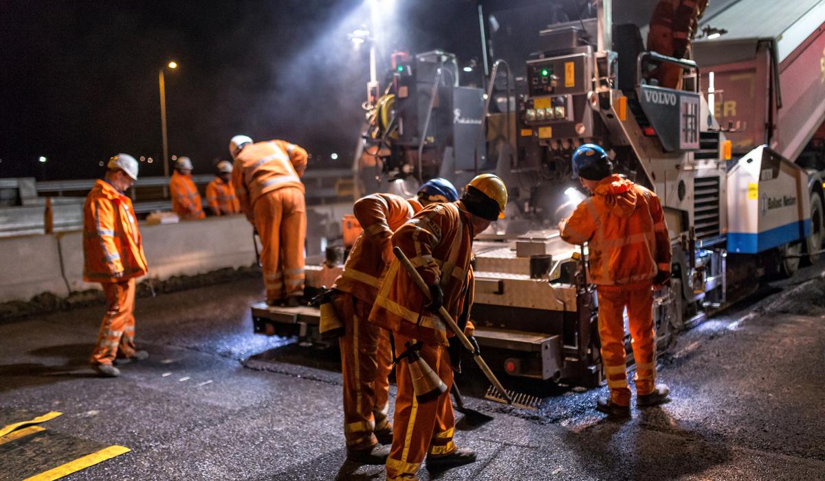 Teamwork voor de asfaltploeg tijdens de ingebruiknamenacht. © Aron Nijs