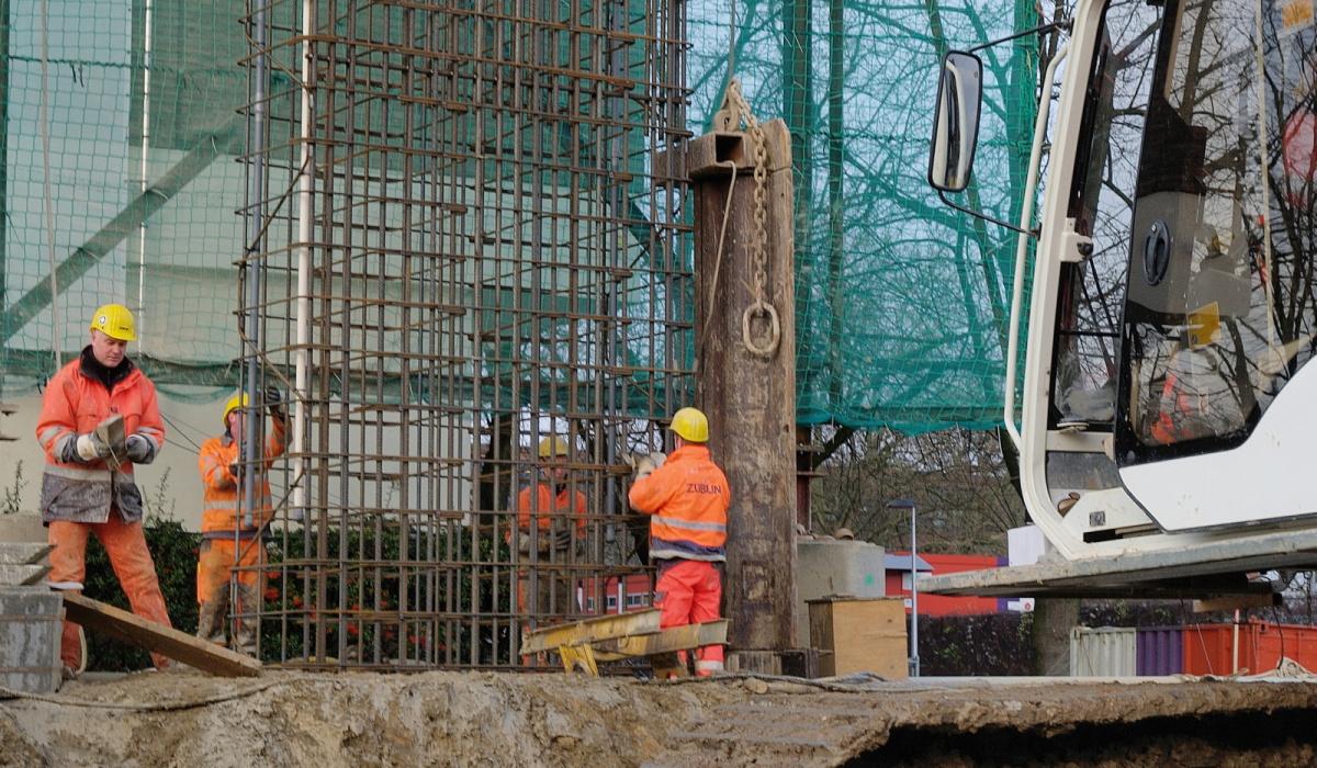 Stalen wapeningskorven werden afgehangen in de sleuven bij de Koningsresidentie (ANWB-flat). © Reen van Beek