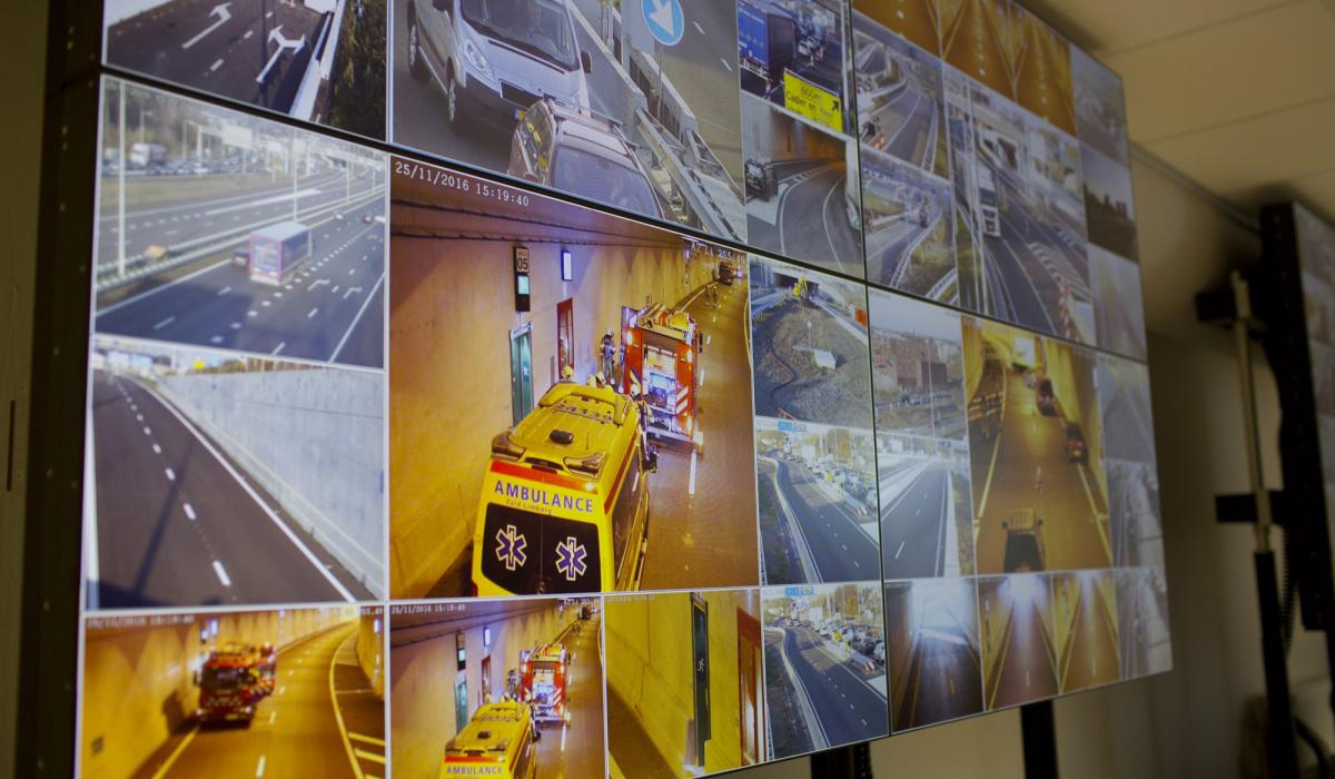 Live-beelden van de eindoefening op de schermen in een van de dienstgebouwen. © Bert Janssen