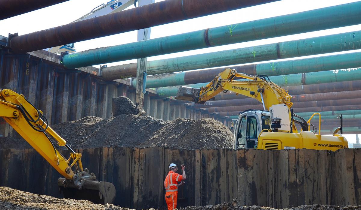 Ontgraven van de bouwkuip bij Europaplein. ©