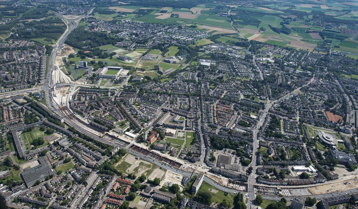 In 2014 werd het aanzicht van Maastricht-Oost bepaald door stempels in de bouwkuip. © Peter Wijnands