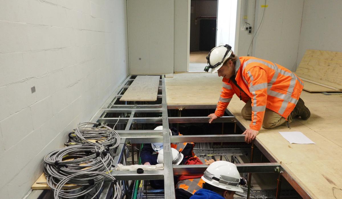 De talloze kabels in de dienstengebouwen worden weggewerkt onder de vloer.