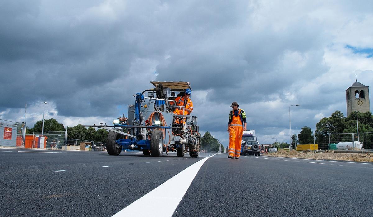 Het aanbrengen van nieuwe wegmarkeringen was steeds één van de laatste klussen voor de wegenbouwers. © Reen van Beek