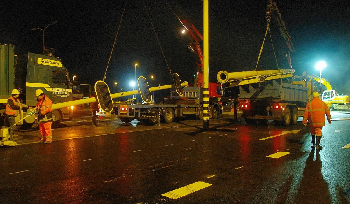 Tijdens de eerste verlegging van kruispunt Geusselt verplaatste team VTI de portalen. © Reen van Beek