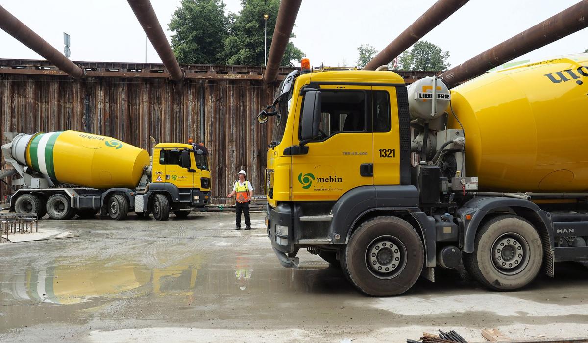 Omdat de bouwkuip werd gebruikt als transportroute werden verkeersregelaars ingezet. © Reen van Beek