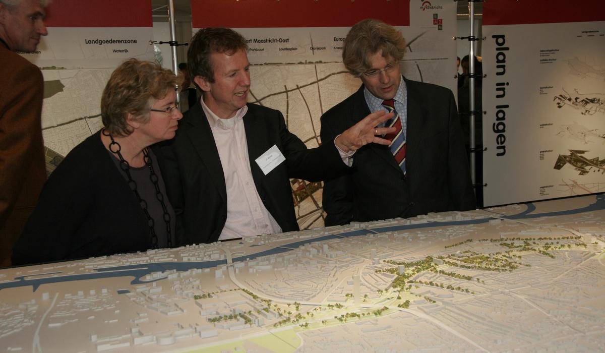 Tijdens de extra consultatieronde kon iedereen de drie plannen in het Informatiecentrum bekijken en erop reageren. © Archief Projectbureau A2 Maastricht