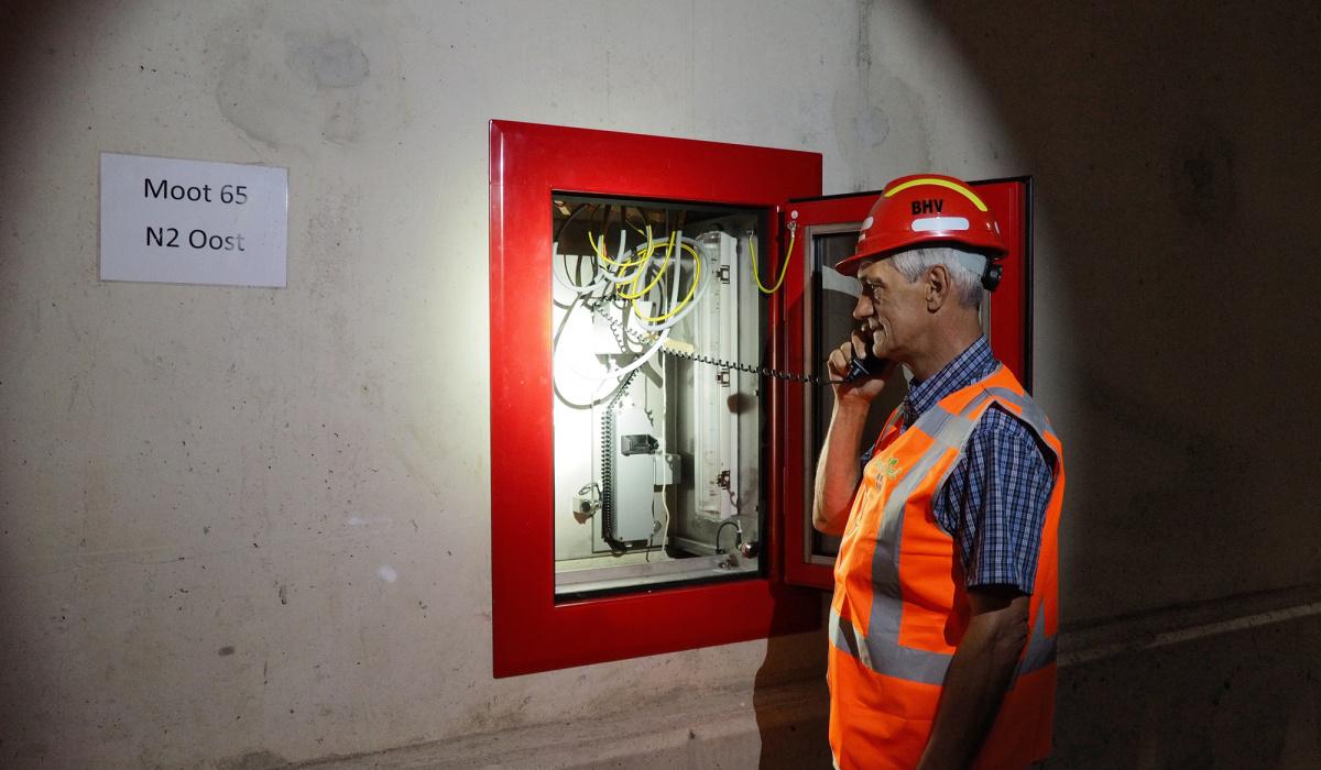 Wim Toonen checkt de inhoud van de hulppostkasten. © Reen van Beek