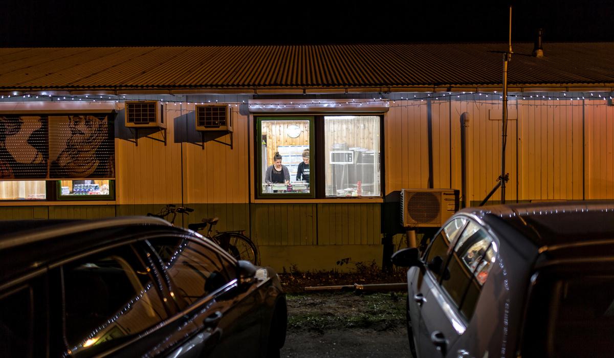 Ook de kantinedame stond tijdens ingebruiknamenacht voortdurend paraat. © Aron Nijs