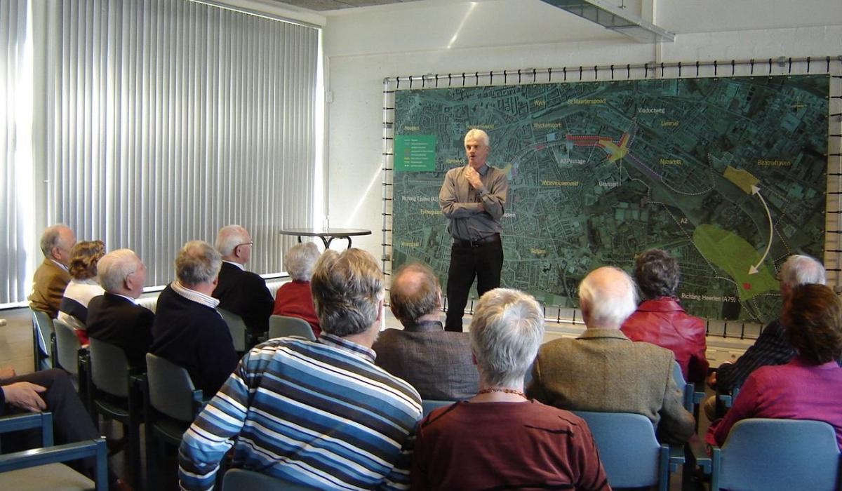 Tijdens inloopavonden krijgen geïnteresserden uitleg over de plannen voor A2 Maastricht. © Archief Projectbureau A2 Maastricht
