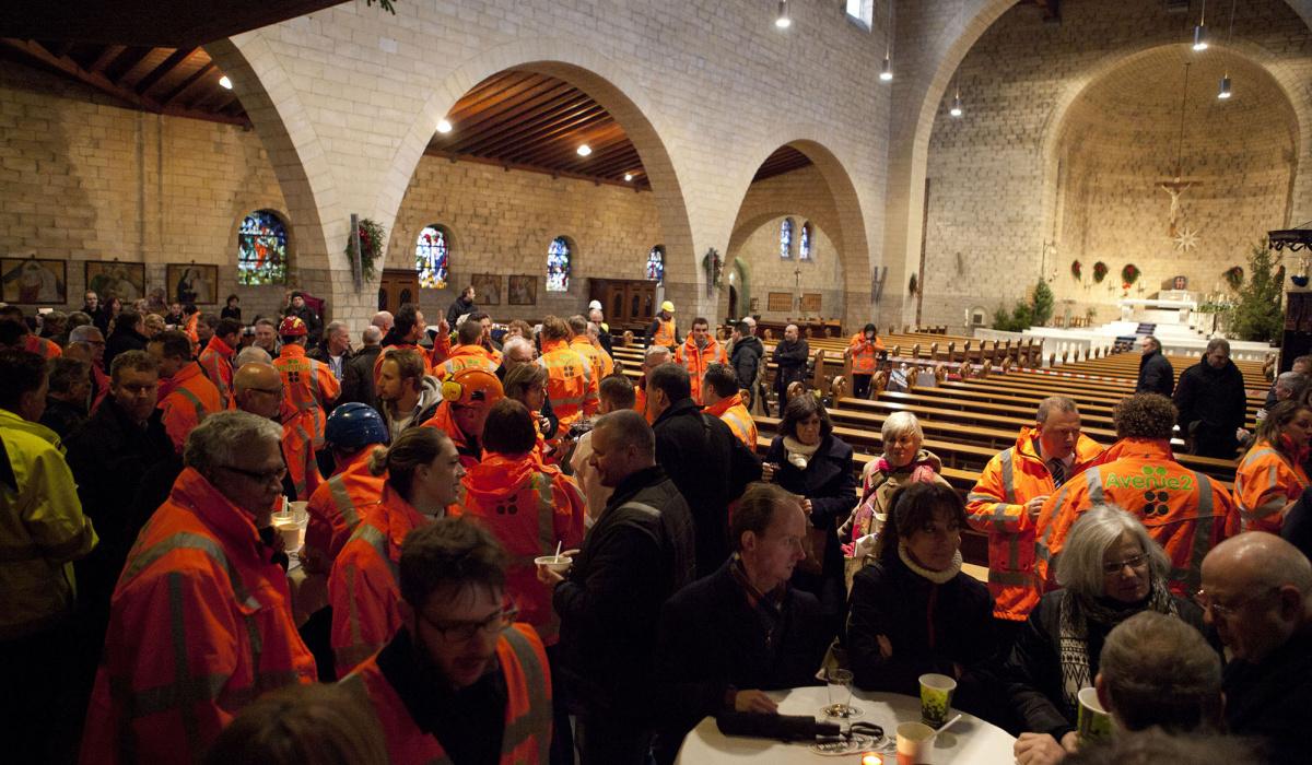 De viering van de laatste stort werd druk bezocht door bouwers, bewoners en bestuurders. © Bert Janssen