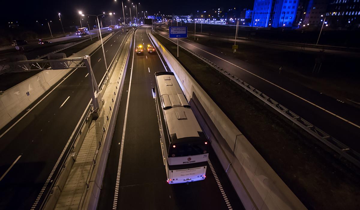 Twee auto's van Rijkswaterstaat rijden voorop. © Aron Nijs