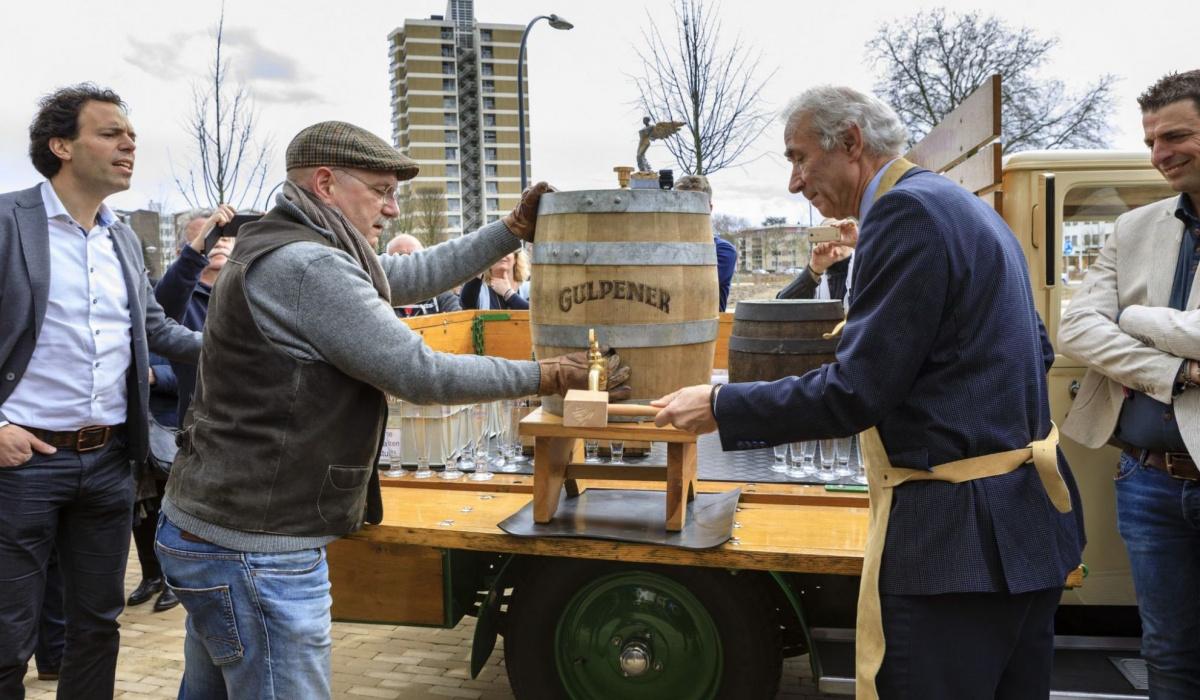 Oud-burgemeester Gerd Leers slaat voor de gelegenheid een vat Gulpener bier aan. © Fred Berghmans