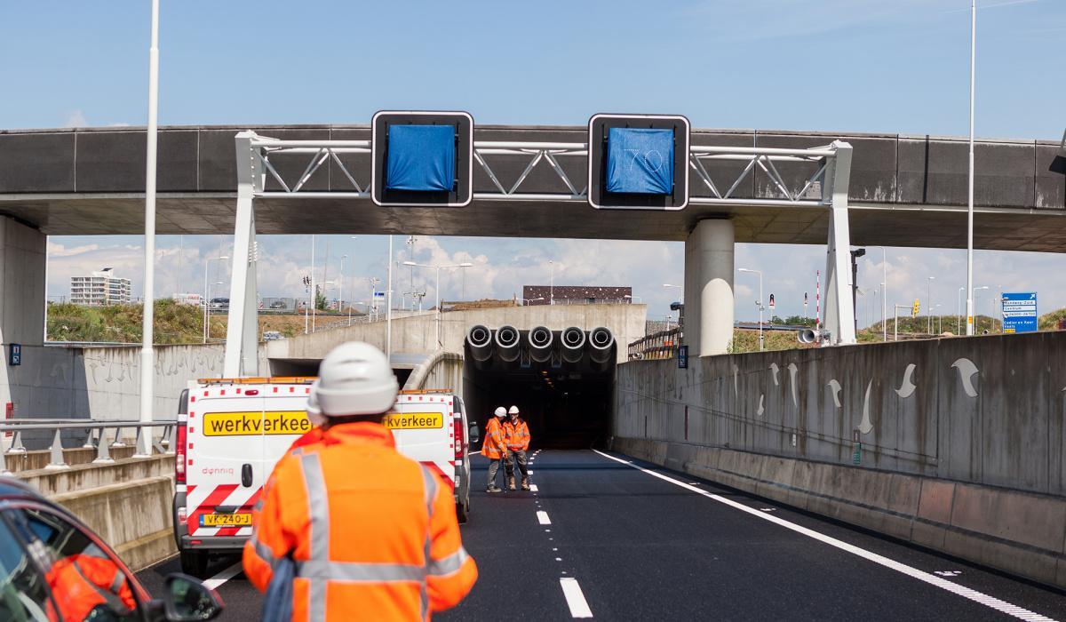 Het installeren van de Verkeers- en Tunneltechnische Installaties. © Fred Berghmans