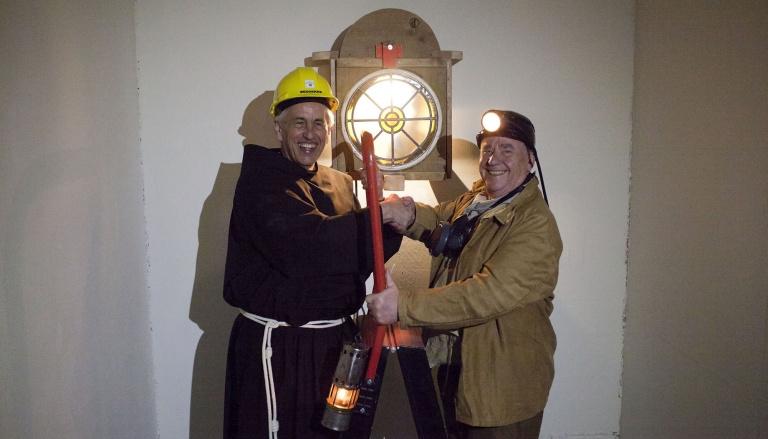 Samen met oud-mijnwerker Frans Cals plaatst Mattie Jeukens Barbara in haar definitieve nisje - Bert Janssen.jpg