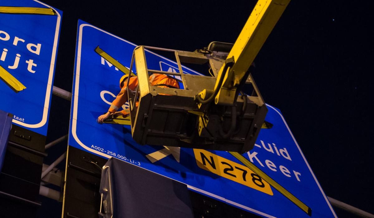 De gele tape verdwijnt om de bewegwijzering zichtbaar te maken. © Aron Nijs
