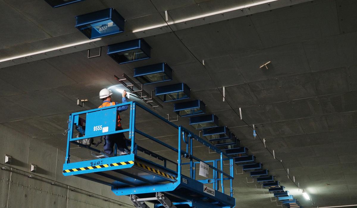 Monteren van tunnelverlichting. © Reen van Beek