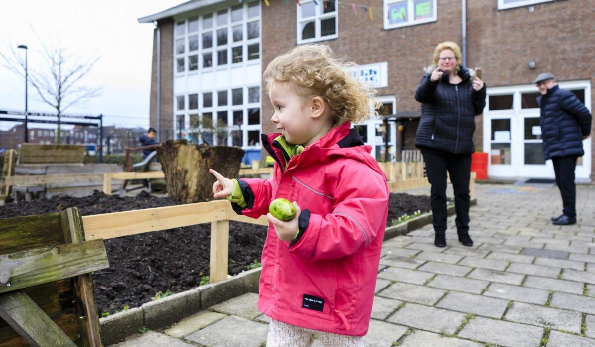 Kinderen zochten paaseieren in de tuin van het Werkhuis. © Fred Berghmans