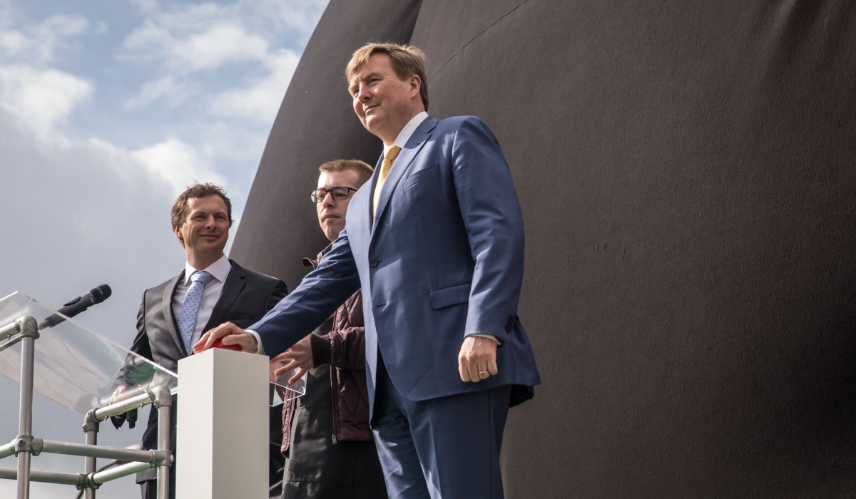 Talent Raoul en koning Willem-Alexander onthullen kunstwerk 'de nieuwe engel van Maastricht'. © Aron Nijs