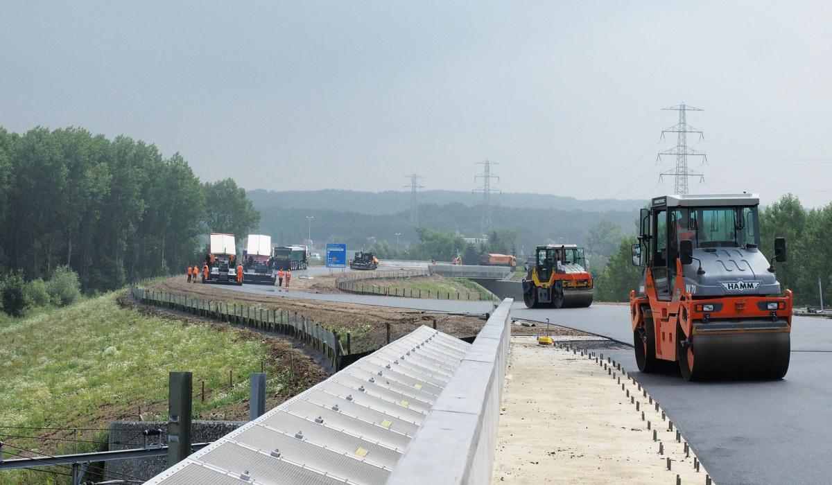 Asfalteren bij de Nieuwe Limmelderweg. © Reen van Beek