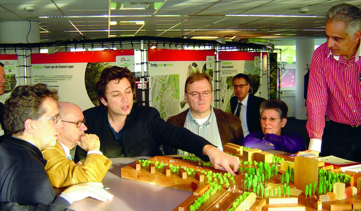 Tijdens de extra consultatieronde (eind 2008 - begin 2009) kon iedereen de drie plannen in het Informatiecentrum bekijken en erop reageren. © Archief Projectbureau A2 Maastricht