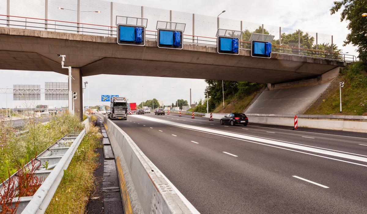 Ook de matrixborden en verkeerslichten buiten de tunnel werden uitvoerig getest. © Fred Berghmans