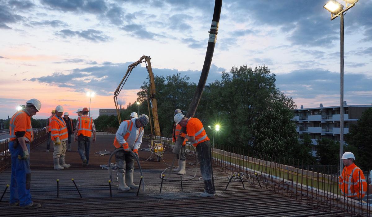 Betonstort voor het brugdek van kunstwerk Noorderpoort-Noord. © Reen van Beek