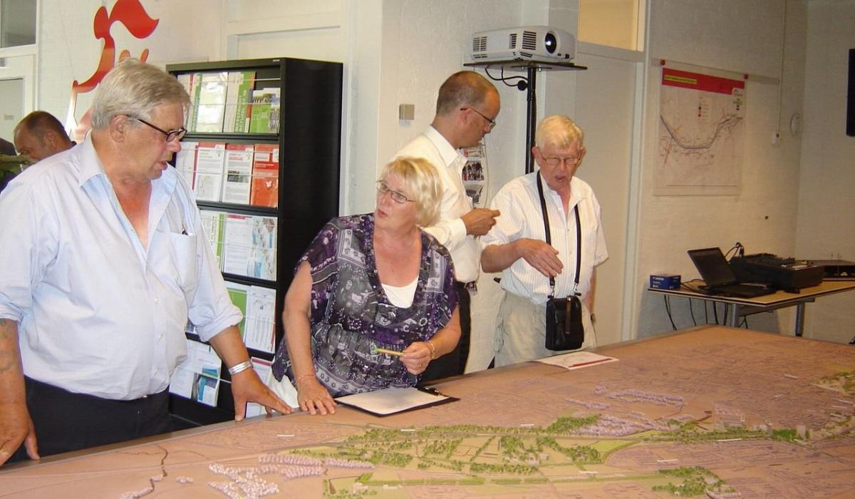 Aan de maquette krijgen bezoekers uitleg over het totale verkeerssysteem. © Archief Projectbureau A2 Maastricht.