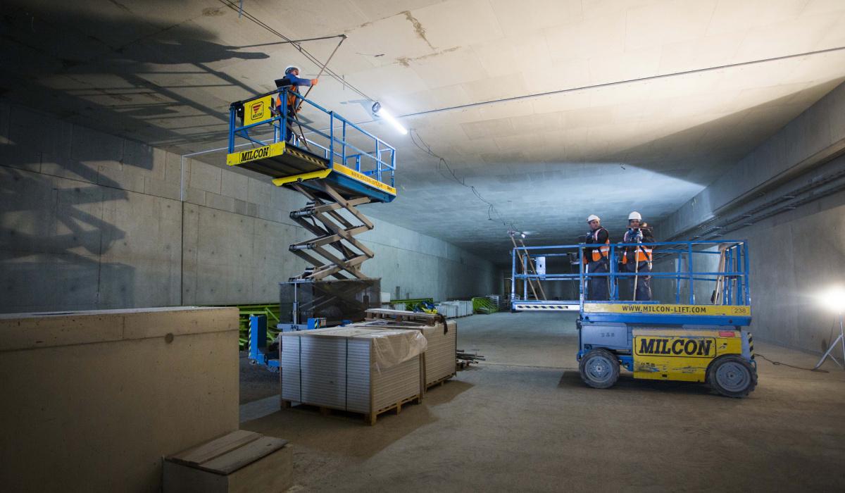 Team afbouw aan het werk in één van de tunnelbuizen. © Loraine Bodewes
