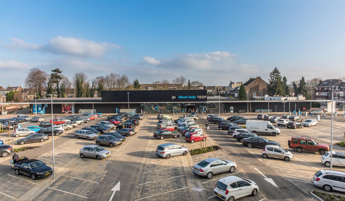 Nieuwe winkels met parkeerterrein aan de Scharnerweg. © Aron Nijs
