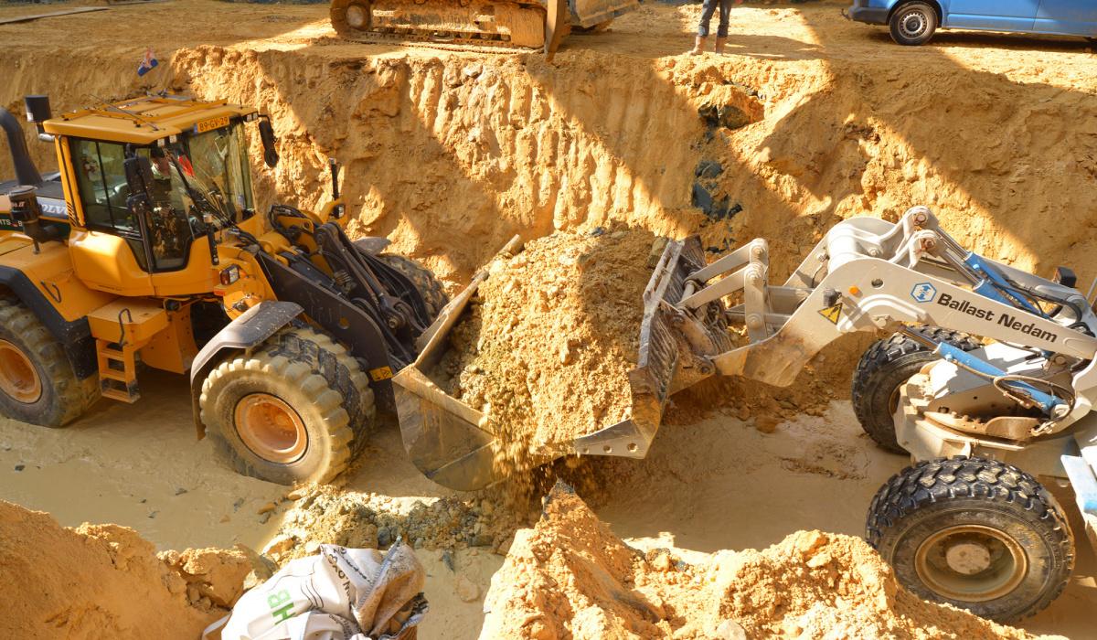 In de bouwkuip werden kleine graafmachines en shovels ingezet.