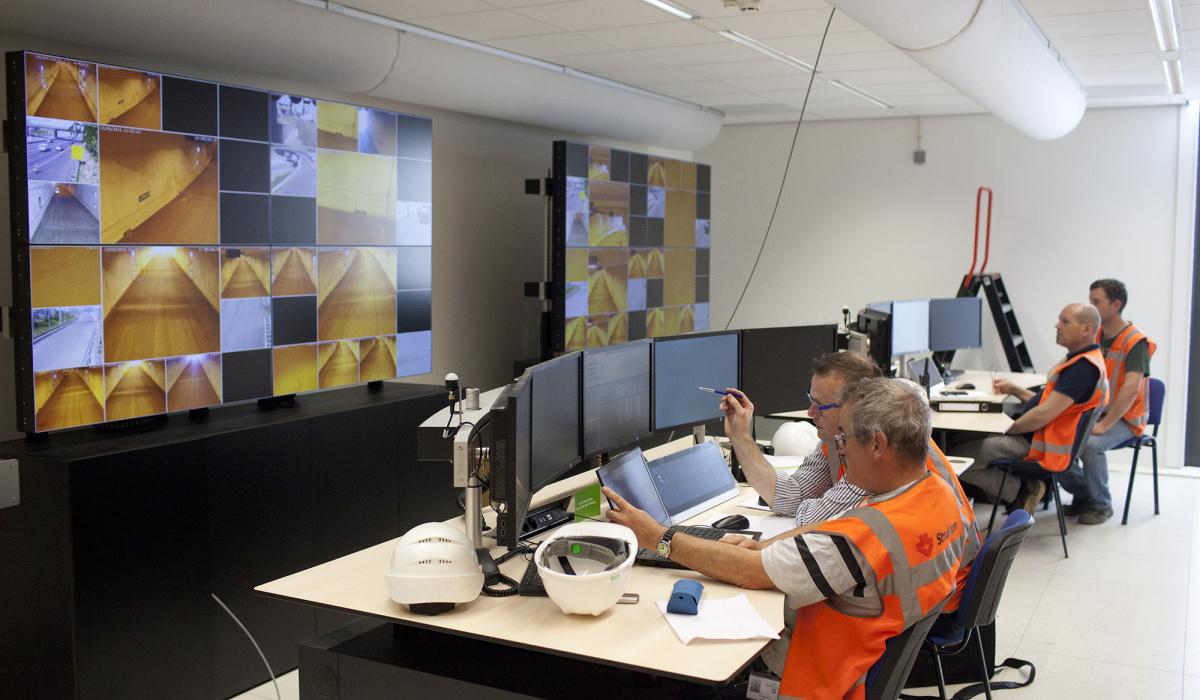 Testen van tunnelinstallates vanuit de commandoruimte in dienstengebouw Noord. © Bert Janssen